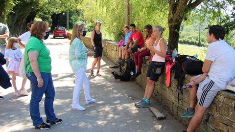 Ana Pastor charla con algunos peregrinos