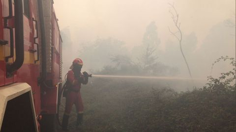 Un miembro de la UME durante la extinción de un incendio forestal en Galicia