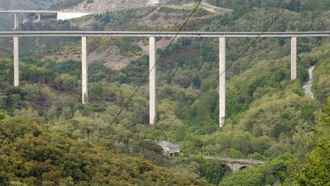 El puente de Cruzul de la N-VI se construyó con el Plan de Accesos a Galicia; al fondo, el posterior viaducto, de la A-6, y abajo, la vieja carretera.