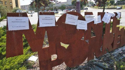 Los vecinos de Monte Porreiro han colocado carteles por todo el barrio en contra de la peatonalización