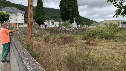 El alcalde Julio Álvarez junto al terreno donde estará el cementerio
