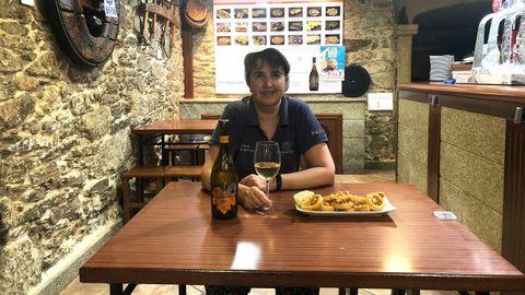 En el Bar Coruña, en Santiago, sirven calamares sin gluten. El enólogo de Marqués de Vizhoja Javier Peláez propone un vino blanco Marqués de Vizhoja por su sabor afrutado y sus pequeñas notas cítricas