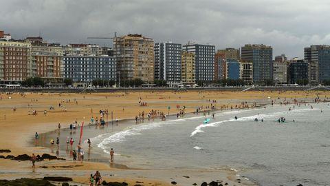 Vista de la playa de San Lorenzo, en Gijón