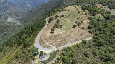 Una vista aérea tomada con un dron muestra una gran parte de los terrenos que fueron desbrozados durante las últimas semanas en el entorno de la aldea de Bustelo de Fisteus