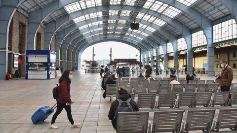 Pasajeros en la estación de tren de A Coruña. La foto se tomó en febrero, en plenas restricciones