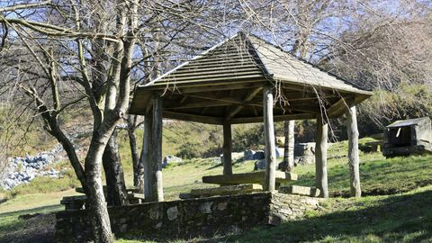 En el entorno del nacimiento del Miño, en Meira, hay un área recreativa donde poder descansar, comer y en la que disfrutar del contacto con la naturaleza