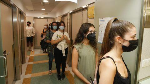 La vacuna del coronavirus está llegando en los últimos días en el hospital de Burela (en imagen, cola para vacunarse) a gente más joven