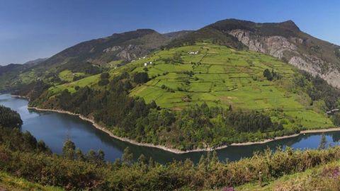 Embalse de Doiras, en Boal, en una panorámica sobre el río Navia