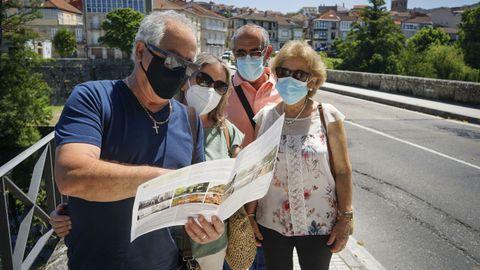 Un grupo de turistas portugueses visitando Allariz.