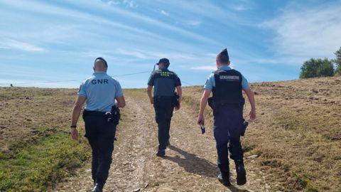 Un agente de la Guardia Civil, de los GNR portugueses y de la Gendarmería Nacional Francesa realizanod el Camino a pie por Sarria