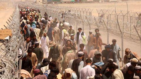 Cientos de personas esperan para cruzar la frontera entre Afganistán y Pakistán después de que fuese reabierto este viernes el control de Chaman.