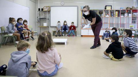 Clase de infantil en el CEIP López Ferreiro de Santiago, con alumnos con mascarillas y distancia de seguridad entre subgrupos en septiembre del 2020. Está previsto que estas medida se mantengan el próximo curso