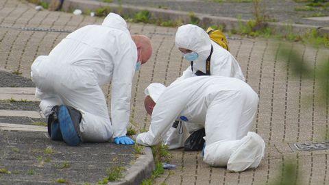 La policía científica busca pruebas en el lugar del tiroteo.