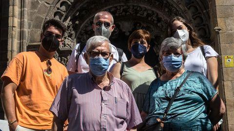 Un grupo de turistas a su salida de la Catedral de Ourense.