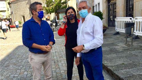 La presidenta provincial del PP, Elena Candia, visitó Chantada junto con el diputado Jaime de Olano. A la derecha, el alcalde y senador chantadino Manuel Varela