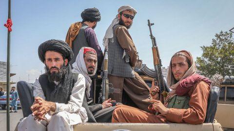 Un grupo de talibanes, tras hacerse con el control de Kabul y declarar el fin de la guerra