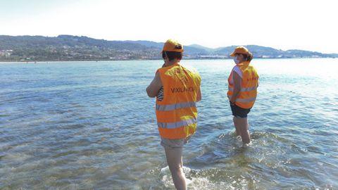 Patrulla de mariscadoras en las playas de Poio