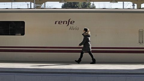 Un tren Alvia en la estación de Monforte de Lemos