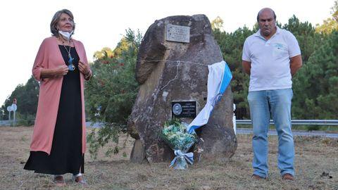 María Dolores Martínez, sobriña de Manuel Otero, e Xoán Mariño, presidente de Terra de Outes, descubriron a placa conmemorativa