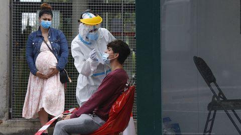 Personal sanitario realizando un test PCR de detección del covid a un joven en el centro de salud del Ventorrillo, en A Coruña