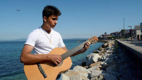 Ethan, de tan solo 16 años, ya ha grabado temas propios en un estudio de México