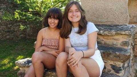 Abril y Lucía, dos primas que siguen la tradición de sus madres y abuelas de pasar las vacaciones en familia en Melide