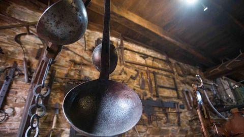 Javier muestra el interior de Casa Nicasio, a los pies del Castillo de Navia
