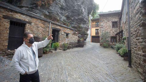 Javier señala la casa, ubicada a los pies del Castillo de Navia