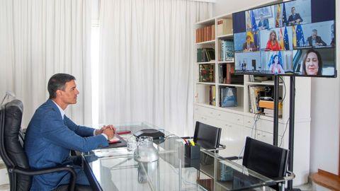El presidente Pedro Sánchez, hoy en Lanzarote, durante su videoconferencia con siete ministros.