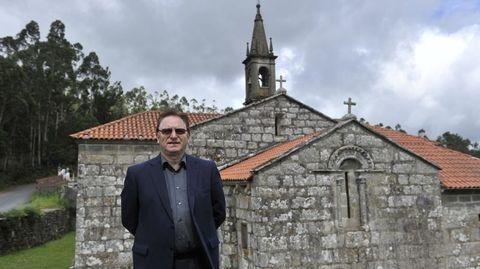 Suárez Blanco, ante la iglesia de su parroquia natal, Treos