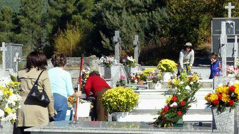 En el actual cementerio de Quiroga ?en una imagen de archivo? queda ya muy poco espacio para nuevas sepulturas, un problema que se pretende solucionar con el nuevo camposanto