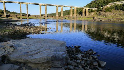 El caudal del Miño a su paso por Portomarín se estrecha tras el vaciado del embalse de Belesar, que está al 30,18 % de su capacidad