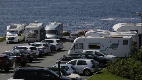 Las caravanas también ocupan las plazas exclusivas de turismos.