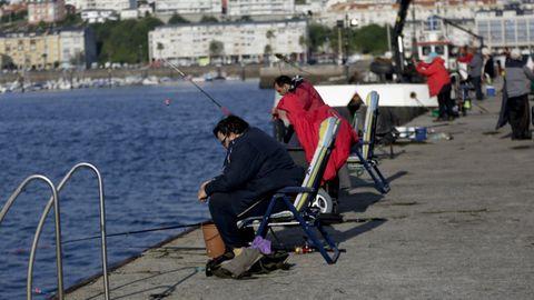 Pescadores recreativos en el muelle de Sada, a finales de julio, cuando oficialmente estaba prohibida en todos los puertos, gallegos y estatales