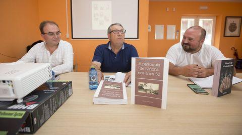 Varela Pose, no centro, dunha unha presentación. Á esquerda da fotografía, Xosé Manuel Varela. Á dereita, Manuel Gago