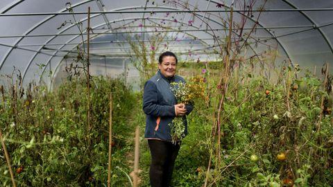 A plantación de Carmen Gayoso e o seu marido, Oskar Martínez, non usa mallas antiherba, polo que a natureza é exuberante