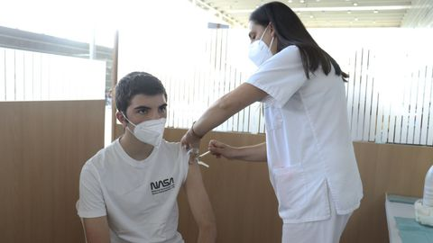 Un joven, este viernes, vacunándose contra el covid en el recinto ferial de Pontevedra