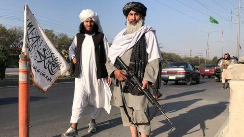 Un combatiente talibán con un fusil de asalto M16 frente al Ministerio del Interior en Kabul, Afganistán