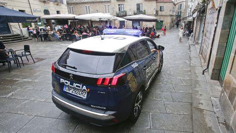 Un coche de la Policía Nacional, este sábado, controlando las terrazas de la plaza de Méndez Núñez de Pontevedra