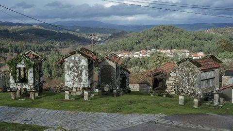 Vía crucis y hórreos en Quins, en el municipio de Melón