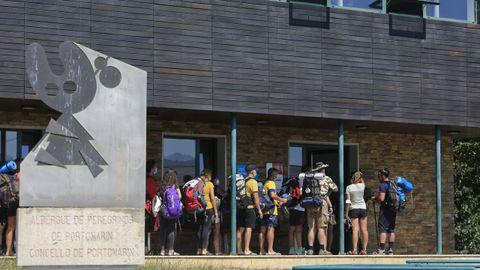 Peregrinos haciendo cola a la puerta del albergue de Portomarín a principios de este mes de agosto