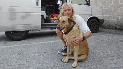 El turista alemán, junto a su mascota