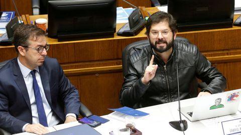 Gabriel Boric, a la derecha, durante una sesión en el Congreso de Valparaíso