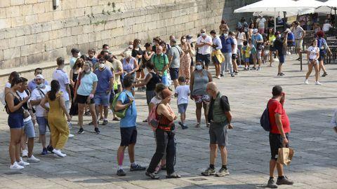 Colas en la Praza da Quintana, ayer, para entrar por la Puerta Santa de la catedral de Santiago