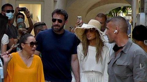 La pareja, rodeada de fans durante una de sus más recientes escapadas, en Capri