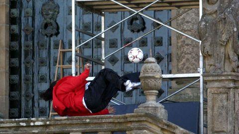 Momento en el que Ronaldinho rompe una cristalera de la Catedral.