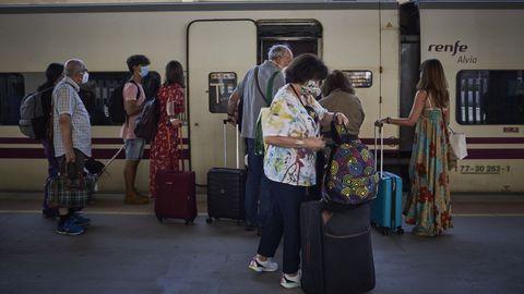 Varios grupos de viajeros, en la estación de tren de Ourense
