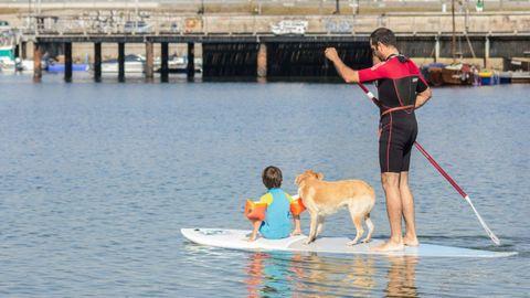 Practicando paddle surf en la playa de Bouzas (Vigo)