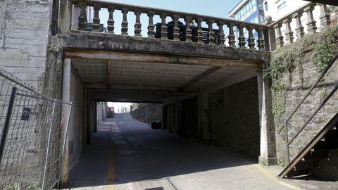Parte de la calle de Concheiros, en un nivel inferior. Se ven las pasarelas construidas, huecas por abajo, para que los locales comerciales queden a la altura de la calle