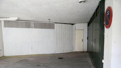 Tras la pared blanca, de madera, está el trastero, y el portalón verde es el del aparcamiento de los edificios 18 y 16, que tiene tres sótanos. Lo que se ve en la imagen en vía pública